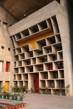 Palais de justice (1952.) de  Chandigarh - India. Réalsation de Le Corbusier (Charles-Édouard Jeanneret-Gris - 1887-1965) architecte, urbaniste, décorateur, peintre, sculpteur et homme de lettres, suisse de naissance et naturalisé français en 1930.