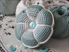 Gratis patroon Engels: http://www.hookedonneedles.com/2009/08/crocheted-pin-cushion-pattern-english.html