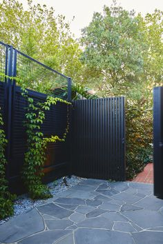 garden fence Inexpensive Black Fence Ideas For Garden Design Cheap Garden Fencing, Diy Fence, Fence Landscaping, Backyard Fences, Fence Ideas, Garden Fences, Modern Garden Design, Landscape Design, Black Fence
