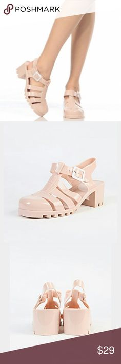 🆕Size 8 super trendy Jellies Comes in box when shipped. True to size. Adorable and trendy jellies! Shoes Sandals