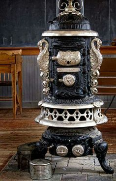 Beautiful cast iron stove LunaRip~ I Love old / Vintage stuff ♥ Antique Wood Stove, How To Antique Wood, Antique Cast Iron Stove, Cuisinières Vintage, Vintage Stuff, Alter Herd, Old Stove, Vintage Stoves, Vintage Appliances