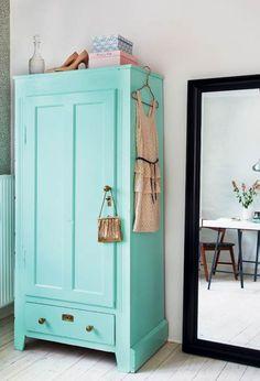 colour of the armoire - Ideer til små hjem: 65 kvadratmeter til to veninder - Boligliv Armoire Antique, Turquoise Cottage, Turquoise Room, Bleu Turquoise, Painted Wardrobe, Deco Addict, Vintage Home Decor, Vintage Style, Vintage Decor