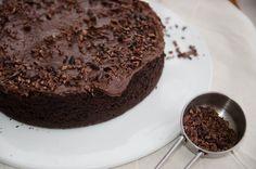 Bolo de chocolate vegano com cobertura de ganache de avocado, receita facil de fazer e surpreendente no sabor
