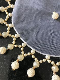 Cobre taça de pedraria Bead Embroidery Tutorial, Crochet Flower Tutorial, Pearl Embroidery, Beaded Curtains, Beaded Jewelry Patterns, Jewelry Making Tutorials, Bead Crochet, Diy Necklace, Bead Weaving