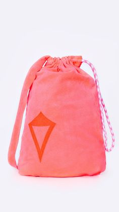 Towel converts into its own small tote that?s great for carrying your essentials to and from the beach.   Totetastic Towel