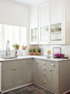Here are the Small Kitchen Design Ideas On A Budget. This post about Small Kitchen Design Ideas On A Budget … Two Tone Kitchen Cabinets, Kitchen Cabinet Colors, Upper Cabinets, Painting Kitchen Cabinets, Beige Cabinets, Kitchen Counters, Two Toned Kitchen, Colored Cabinets, Soapstone Kitchen