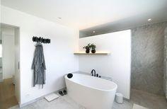 Mieke Van Herck Architectenbureau - House SR een verhaal van Carrara in zijn reinste vorm   badkamer ideeën   design badkamers   bathroom decor   HOOG.design