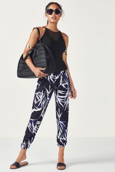 Get away from it all in our travel-inspired ensemble with a soft mesh-insert tank and relaxed La Palma-printed joggers.