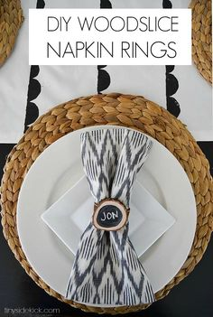 Easy idea for my fall table! DIY Wood Slice Napkin Rings & Name Cards | TinySidekick.com Modern Napkins, Modern Rustic Decor, Diy Chalkboard, Tips & Tricks, Fall Table, Wood Slices, Easy Diy Crafts, Decoration Table, Cool Diy Projects