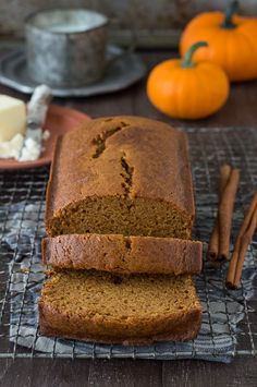 This recipe tastes just like Starbucks Pumpkin Pound Cake - takes 15 minutes to prep, you will want to share this with friends and family! Can be made in muffin, mini muffin or mini loaf pans. Starbucks Pumpkin Bread, Pumpkin Chocolate Chip Bread, Chocolate Chip Recipes, Pumpkin Spice, Pumpkin Pound Cake, Delicious Desserts, Dessert Recipes, Menu Dieta, Restaurants