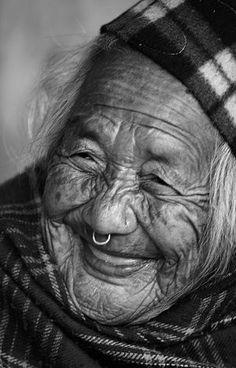 I love portraits. Especially ones of old people with lots of wrinkles. So many memories contained in those lines. Tell me your story. Just Smile, Smile Face, Old Faces, Eye Photography, Interesting Faces, Cool Eyes, Amazing Eyes, People Around The World, True Beauty
