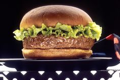 Fast food industry and hamburger consumption has experienced an increase in the past few decades. Most people enjoy fast food more than twice a week despite the warnings of doctors and experts who claim that Burger Mix, Good Burger, Real Burger, Hamburgers, Onion Burger, Hamburger Recipes, Grill Recipes, Le Diner, Bons Plans