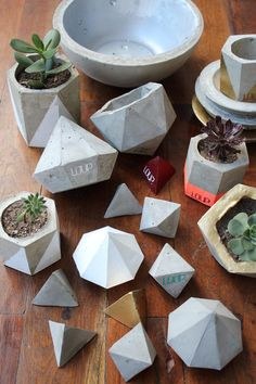 maceta de cemento facetada geodesica Concrete Crafts, Concrete Projects, Concrete Design, Concrete Planters, Concrete Cement, Cement Art, Papercrete, Beton Diy, Ideias Diy
