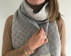 Ladies Knitted Blanket Scarf With Ogee Pattern. Cosy up this winter with snuggle-worthy knits and comfy loungewear. - keeping cosy Fingerless Mittens, Knitted Gloves, Knitted Blankets, Warm Outfits, Casual Fall Outfits, Winter Outfits, Star Gift, Blanket Scarf, Vintage Knitting