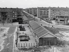 1956 Een overzicht van de Lod. van Deijsselstraat en op de voorgrond een noodgebouw kleuterschool.