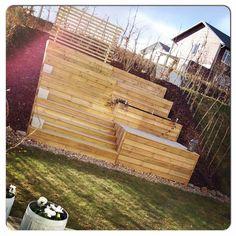 Idag i ömsom sol ömsom hagel fick vårt terassbygge sin krona på toppen , nämligen en spaljé. Nu ska jag bara bestämma mig för vad som ska få klättra där , vindruvsranka, clematism, humle , klätterrosor, hmmmm finns ju så mycket trevligt ! Kanske har någon ett bra tips ? #minmankanomhanvill #boklok #boklokare #terassodling #odlingslådor #trädgård #radhus #odla #blommor #växter #Växjö #vår #odling #täppa #kronanpåverket