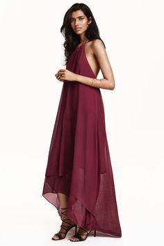 a11ba0938ddd Sukienka z naszyjnikiem  Sukienka bez rękawów z szyfonu z delikatną  fakturą. Wokół szyi metalowy
