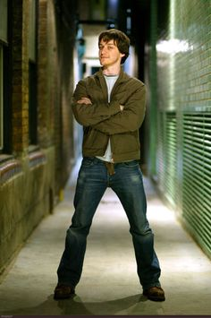 James - again with the power stance. Hey, that's Hiddleston's thang.