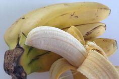 El plátano tiene un valor calórico similar al de otras frutas. Un plátano mediano aporta alrededor de 80 calorías, menos que una manzana de peso medio. A diferencia de postres y 'snacks' industriales, está desprovisto de grasas y azúcares refinados Snack, Natural, Banana, Fruit, Food, Diet And Nutrition, Tropical Fruits, Weight Gain, Essen