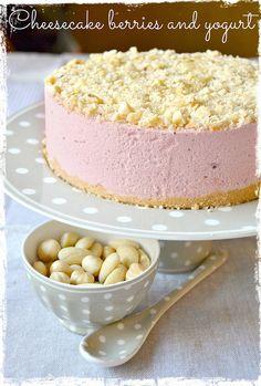 Cheesecake yogurt, mandorle e marmellata ai frutti di bosco nella farcia