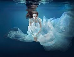 Hyper realistic underwater painting by Ralf Arzt Underwater Photoshoot, Underwater Model, Underwater Painting, Underwater Pictures, Underwater World, Underwater Photography, Amazing Photography, Portrait Photography, Underwater Wedding