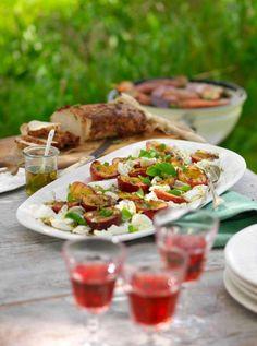 Grillade nektariner med len mozzarella, basilika och pistagenöter