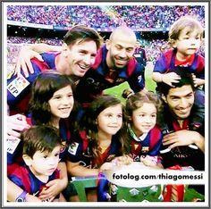 Família sul americana : Leo, Mascherano e Suarez com seus filhos no Camp Nou. | thiagomessi