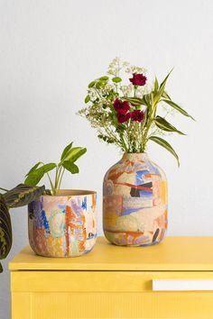 La colección MARRAKECH está formada por piezas de cerámica pintadas a mano que animan cualquier rincón.  Los modelos están inspirados en la cerámica artesanal del Mediterráneo y en sus largos veranos. ¿No te parece un jarrón/maceta ideal para tener en tu hogar? Cada una de las piezas en única, no hay dos jarrones iguales. #planter #vase #maranta #macetero #jarrón #rderoom Black And White Painting, Marrakech, Color Mixing, Nativity, Planter Pots, Pottery, Colours, Texture, Home Decor