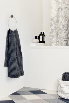 Dit is het #FermLiving #Bath #Towel #badlaken. Hij staat altijd voor je klaar. Droogt je tranen als je verdrietig bent. Houdt je #warm als je het koud hebt. Voegt #kleur aan je leven toe als je dat nodig hebt. De Bath Towel badlaken van Ferm Living is een echte vriend. Het badlaken heeft een fijne #structuur en een prettig formaat. Verkrijgbaar bij #Flindersdesign in de kleuren #geel #grijs #petrol en #lichtgrijs #badkamer #klassiek #design #flinders