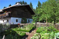 FARM GARDEN | Kitchen vegetable garden with wattle fencing | jardin potager | bauerngarten