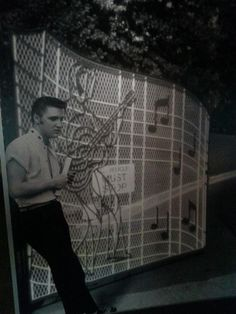 Elvis at the gates at Graceland