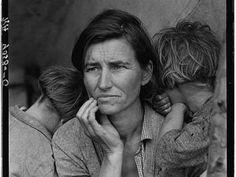 'Los años decisivos', publicado por La Fábrica en una magnífica edición, recoge las mejores fotografías que Dorothea Lange realizó a las familias que más sufrieron la Gran Depresión. Es el retrato de una pobreza blanca, donde los niños chabolistas tienen los ojos azules y el pelo rubio.