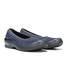 Treat your feet to style with this walking shoe boasting memory foam arch support and a sturdy, ground-gripping sole.1.5'' heelCloud technology featuring ultralightweight constructionDynamic stretch textile upperFree foam footbed and memory foam arch supportAir infused EVA traction outsoleMachine washImported