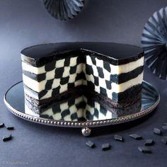Hyydykekakku muuttui shakkiruuduiksi! Mustavalkoinen shakkiruutukakku on juhlapöydän veikeä puheenaihe. Ruudukko koostuu miedon salmiakin makuisesta mustasta osuudesta ja vaniljaisesta pannacottatäytteestä, joka antaa kakun makuun pehmeyttä.