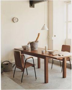ペンダント照明をテーブルの真ん中に吊り下げるようにチョイス。あえてすっきりとした形や色の照明を選ぶことで、空間を邪魔しないさりげない存在感を放ってくれています。家具を際立たせたいときにぴったり。 (こちらはIDÉE(イデー)のホーロー製オリジナルランプです)
