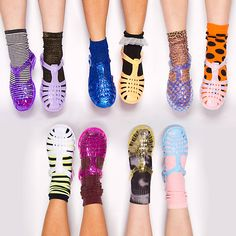 As sandálias de plástico colorido da Melissa estavam nos pés das mulheres da década.