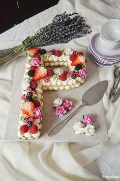 Galletas, Galletas decoradas, Tartas, Queso, Buttercream, Tarta de Letras, Tarta de Números, Tarta de Letras y Números, Crema de queso, Queso crema. @adikosh123 Pretty Cakes, Cute Cakes, Cake Cookies, Cupcake Cakes, Anniversary Cake Designs, Sewing Cake, Cake Lettering, Cake Piping, Biscuit Cake