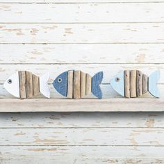 Colorful reclaimed wood fish and natural beached Woods Altholz farbige Fische und naturbelass. Fish Wall Decor, Wood Fish, Ceramic Fish, Beach Wood, Fish Crafts, Wooden Animals, Driftwood Art, Wooden Hearts, Fish Art