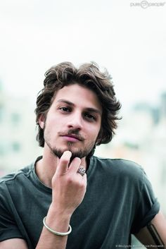 Brown hair, brown eyes, and still. Grunge Hair, Male Face, Male Beauty, Haircuts For Men, Pretty People, Character Inspiration, Beautiful Men, Gorgeous Hair, Sexy Men