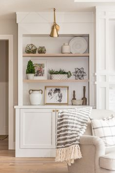 White built-in cabinetry, brass lighting, living room cabinetry, shelf decor Built In Shelves Living Room, Living Room Cabinets, Shelf Ideas For Living Room, Dinning Room Cabinet, Living Room Decor Lights, Cabinet Space, Home Living Room, Living Room Designs, Kitchen With Living Room