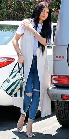 10 ways to wear ripped jeans and heels, including Kylie Jenner in a long vest and T-shirt Long Kimono Outfit, Long Vest Outfit, Vest Outfits, Casual Work Outfits, Fashion Outfits, Fashion Heels, White Vest Outfit, Sleeveless Blazer, Long Vests