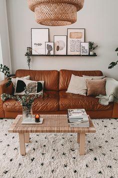 Boho-Traum: An Gemütlichkeit ist das Wohnzimmer von Tantefrida kaum zu übertreffen. Leder-Couch, Berber-Teppich und Rattan-Couchtisch runden den Ethno-Look ab. Boho Stil, Hunger Games, Tiny House, Sweet Home, House Ideas, Inspiration, Living Room, Interior Design, Furniture