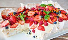 Pavlova i langpanne med vaniljekrem og bær Mer om ~ Norwegian cakes ~ https://www.pinterest.com/beliten/~-norwegian-cakes-~/