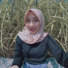 idola - Hijaber my Muslim Fashion, Hijab Fashion, Fashion Now, Womens Fashion, Beautiful Muslim Women, Dj Music, Hijab Chic, Scarf Styles, Good Skin