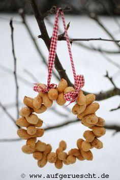 Vogelfutter – The Best DIY Outdoor Christmas Decor Paper Art Projects, Preschool Art Projects, Activities For Kids, Winter Crafts For Kids, Winter Kids, Winter Food, Christmas Diy, Xmas, Christmas Ornaments