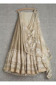 Lehengas by SwatiManish : Gold lehenga with white threadwork dupatta. Love at first sight 💓💓 Indian Lehenga, Gold Lehenga, Lehenga Choli, Net Lehenga, Sabyasachi Lehengas, Bridal Lehenga, Walima, Pakistani Bridal, Jacket Lehenga