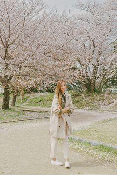 Fukuoka: Ohori-koen - Tricia Will Go Places Japan Spring Fashion, Spring Outfits Japan, Cherry Blossom Outfit, Cherry Blossom Japan, Filipino Fashion, Japan Sakura, Korean Winter, Cute Poses For Pictures, Fukuoka