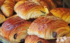 Pain au chocolat this i have to learn! Easy Healthy Recipes, Sweet Recipes, Easy Meals, Healthy Food, American Cake, French Bakery, French Desserts, Bread And Pastries, French Pastries