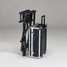 Discover the makeup stations by Cantoni: the most famous mobile make up and vanity tables with lights for make up artist and hair stylist. Makeup Case, Makeup Kit, Hair Makeup, Vanity Table With Lights, Mobile Barber, Cool Things To Make, Make Up, Glam Room, Decorating Tools