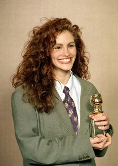 """At the Golden Globes in 1990 """"Pretty Woman"""" was the gift that kept on giving for Roberts; it earned her a Golden Globe for Best Actress in a Musical or Comedy at the Golden Globe Awards in Cabello Julia Roberts, Julia Roberts Hair, Pretty Woman, 1990 Style, Curly Hair Styles, Natural Hair Styles, Natural Beauty, Robert Young, Curly Girl"""